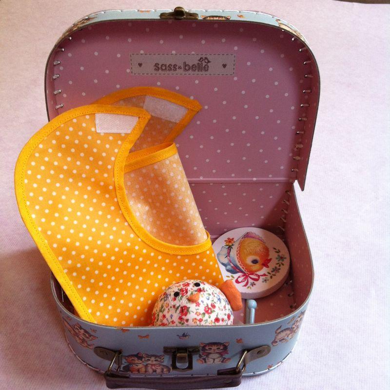 PIOU-LIBERTY-cadeau-naissance-valise-bavoir